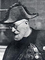 Louis Gillet en habit d'académicien et bicorne