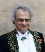 M. Amin Maalouf en habit d'académicien