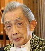 François Cheng en habit d'académicien