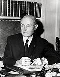 Maurice Genevoix à son bureau