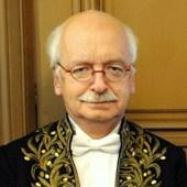 Érik Orsenna en habit d'académicien